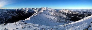 1446x480, 91k (2012-12-11 14:26)<br/>   Pohľad z Kasprovho vrchu (1987m) na hrebeň Červených vrchov v Zime,