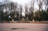 Udržiavaný park medzi Parlamentom a Vládou a pred naším hotelom ...
